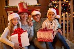 Семья с настоящими моментами для рождества Стоковое Фото