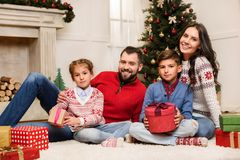 Семья с подарками на рождество Стоковое фото RF