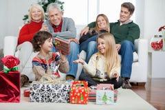Семья с подарками на рождество дома стоковое изображение