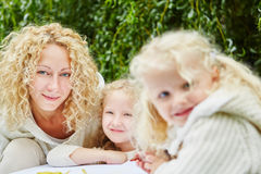 Семья с рисовать 2 детей Стоковые Фотографии RF