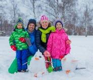 Семья с снеговиком Стоковое фото RF