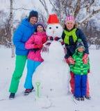 Семья с снеговиком Стоковое Фото