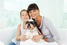 Семья с собакой Стоковое Изображение