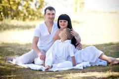 Семья с солнцем на природе Стоковая Фотография