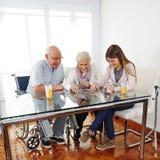 Семья с старший играть пар Стоковое фото RF
