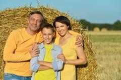 Семья с сыном на пшеничном поле Стоковое Изображение