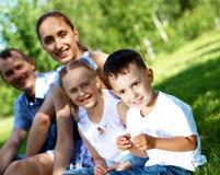 Семья с 2 дет в парке лета Стоковое Изображение