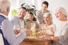 Семья тратя время совместно стоковые фото