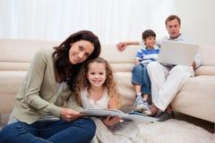 Семья тратя часы досуга в живущей комнате Стоковое фото RF