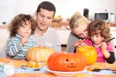 Семья украшая тыквы Стоковое Фото