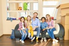 Семья усмехаясь, перестановка стоковые изображения rf