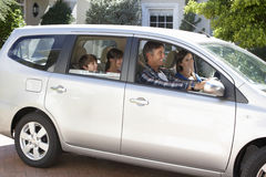Семья устанавливая на путешествие автомобиля стоковое изображение