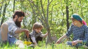 Семья фермеров моча росток на поле Семья как время весны совместно Жизнь страны - игра мамы и сына папы акции видеоматериалы