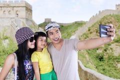 Семья фотографируя на Великой Китайской Стене Китая Стоковые Изображения