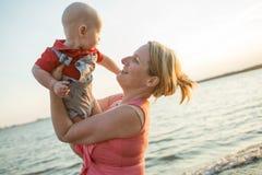 Семья фото образа жизни нормальная с ребёнками на побережье океана Стоковая Фотография