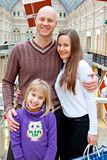 Семья ходит по магазинам в магазине стоковая фотография
