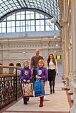 Семья ходит по магазинам в магазине стоковое фото rf
