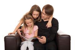 Семья читая рассказ Стоковые Фото