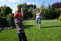 семья шарика играя провод спорта стоковые изображения rf