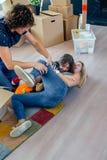 Семья щекоча мать стоковая фотография rf