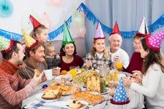 Семья Glade поступая в шутку во время партии Стоковое Фото