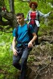 Семья hikers идя на горную тропу Стоковая Фотография