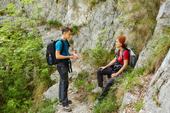 Семья hikers отдыхая на горной тропе Стоковое Фото