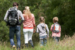Семья Hiking в сельской местности Стоковые Фотографии RF