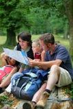 семья hiking смотрящ карту Стоковое Изображение RF