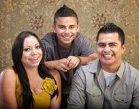 Семья Latino смеясь над совместно стоковые изображения rf