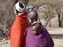Семья Masai в традиционных одеялах и ювелирных изделиях Стоковые Фото