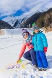 Семья plaing в снеге Стоковое Фото