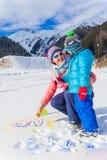 Семья plaing в снеге Стоковые Изображения