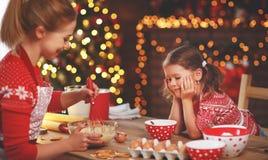 Семья Ppy печет печенья рождества стоковые фотографии rf