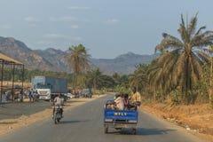 Семья SUMBE/ANGOLA 10-ое октября 2017 африканская, который будет путешествовать мотоцикл Стоковая Фотография RF