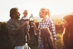 Семья Winemaker совместно в винограднике Стоковые Изображения RF