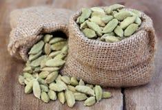 Семя кардамона в мешке стоковые фотографии rf