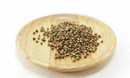 Семя кориандра на деревянной плите Стоковая Фотография