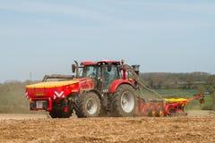 Семя современного трактора случая сверля в поле с сверлом vaderstad Стоковая Фотография