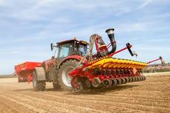 Семя современного трактора случая сверля в поле с сверлом vaderstad Стоковые Изображения