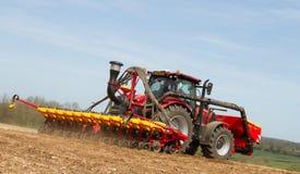 Семя современного трактора случая сверля в поле Стоковое фото RF