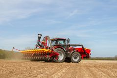 Семя современного трактора случая сверля в поле Стоковые Изображения RF