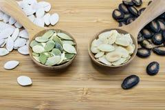 Семя тыквы и арбуза в деревянной ложке на деревянной предпосылке Стоковые Фото