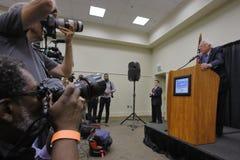 Сенатор Bernie Шлифовальный прибор - Modesto, пресс-конференция CA стоковые фотографии rf