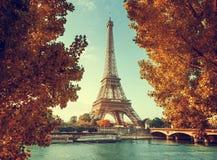 Сена в Париже с Эйфелевой башней во времени осени Стоковые Изображения RF