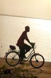 СЕНЕГАЛ - 12-ОЕ ИЮНЯ: Человек ехать велосипед 12-ого июня 2007 в Zi Стоковые Изображения RF