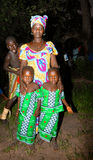 СЕНЕГАЛ - 19-ОЕ СЕНТЯБРЯ: Мать и ее двойные дочери представляя для Стоковая Фотография RF