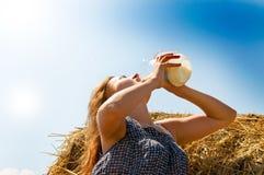 сено девушки сельское стоковая фотография