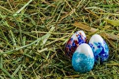 Сено и пасхальные яйца стоковое фото rf