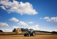 Сено нося трактора на поле Стоковое Изображение